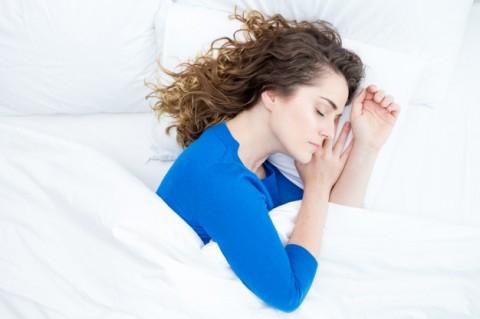 mediana-edad-hermosa-mujer-durmiendo-cama_1262-6148